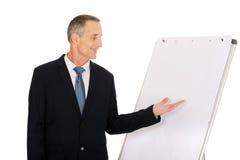 Manligt utövande framlägga på flipdiagram Royaltyfri Bild
