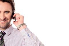 Manligt utövande tala över mobiltelefonen Royaltyfri Foto