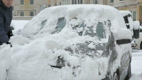 Manlokalvårdbil från snö lager videofilmer