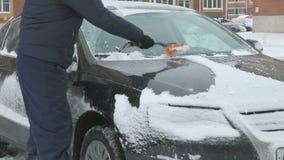 Manlokalvårdbil från snö stock video
