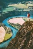 Manlycksökare med ryggsäcken på klippan royaltyfri fotografi