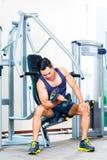 Manlyftande handvikt på idrottshallen Royaltyfri Bild