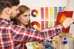 Manmålarfärger med olje- målarfärger Arkivfoton