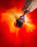 Manmålning färgar rött och gult med borsten Fotografering för Bildbyråer