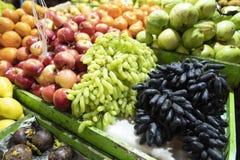 ManMaldiverna frukt och grönsaker marknadsför arkivfoto
