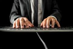 Manmaskinskrivning på ett datortangentbord Royaltyfri Foto
