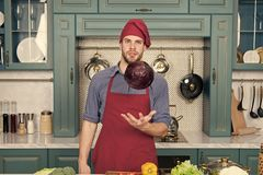 Manmatlagningh?lsokost Husmanskost Den stiliga mannen tycker om sund matlagning banta h?lsa Laga mat det med omsorg royaltyfria bilder