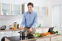 Manmatlagningmat i kök arkivfoto