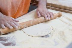 Manmatlagningpizza Fotografering för Bildbyråer