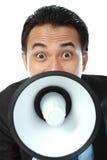 manmegafon som ropar genom att använda Arkivfoton