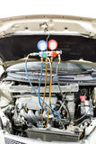 Manómetro usado para calibrar la presión del aire acondicionado en vehicl auto Foto de archivo libre de regalías
