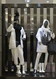 Manmodekläder shoppar fönstret med skyltdockor i ner täcker, julgarnering, klänninglagerfönster, shoppar garnering Royaltyfri Foto