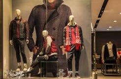 manmodekläder shoppar fönstret med skyltdockor, julgarnering, klänninglagerfönster, shoppar garnering Arkivbilder