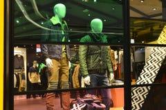 manmodekläder shoppar fönstret med skyltdockor, julgarnering, klänninglagerfönster, shoppar garnering Royaltyfria Bilder