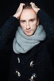 Manmodemodell med den Woolen halsduken royaltyfria foton