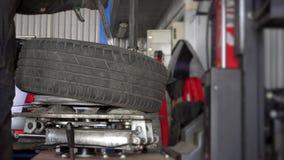 Manmonteringsgummihjul på hjulkant stock video