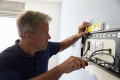 Manmonteringskonsol för TV för plan skärm på väggen royaltyfria bilder