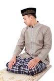 Manmuslim som gör bönen Arkivfoton