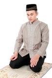 Manmuslim som gör bönen Arkivbilder