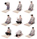 Manmuslim som gör bönen Arkivbild