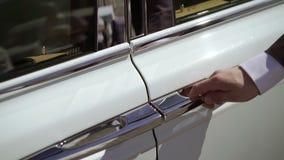 Mannöffnungstür des Luxusautos stock footage