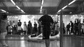 Mannüberwachung von Autoskooters am Vergnügungspark stock video footage
