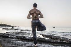 Mann-übendes Yoga lizenzfreies stockbild