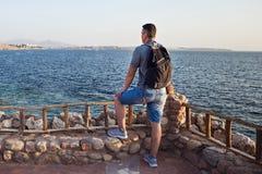 Mann über blauem See- und Himmelhintergrund stockfotografie