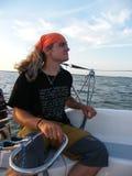 Mann über der Yachtsteuerung hinaus Lizenzfreie Stockfotos