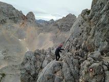 Mann an über ferrata an auf dem Weg bis Å-krlatica 2.740 m mit Hinterkennzeichen auf den Felsen Lizenzfreie Stockbilder