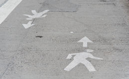 Mann-Überfahrt-Straßen-Symbol. Stockfotografie
