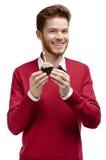 Mann übergibt Geburtstagstörtchen Lizenzfreies Stockfoto