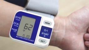 Mann überprüft Blutdruck stock footage