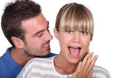 Mann überraschend seine Freundin Lizenzfreie Stockfotografie