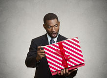 Mann überrascht mit dem Geschenk, das er empfing lizenzfreie stockfotografie