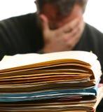 Mann überwältigt mit Büroarbeit Lizenzfreies Stockfoto