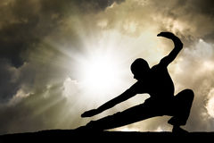 Mann übt Kampfkunst-Hintergrund Lizenzfreie Stockbilder