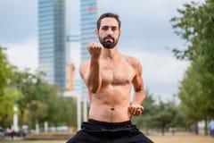 Mann ćwiczy Qigong outdoors, budynek biurowy w tle obraz royalty free