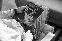 Mann Ablesenthe economist über bevorstehende Wahlen Lizenzfreie Stockfotos
