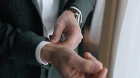 Mann-Abnutzung eine Reihe, korrekte Kleidung, Gebührenbräutigam, Heiratsvorbereitungen im Freien stock video footage