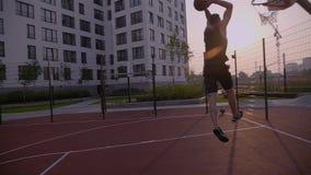 Mann allein spielen einen Basketball und zählten den Ball stock video footage
