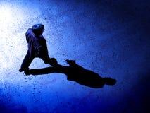 Mann alleine nachts auf Straße Lizenzfreies Stockfoto