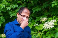 Mann allergisch zum Blütenstaub lizenzfreie stockfotografie
