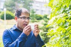 Mann allergisch zum Blütenstaub lizenzfreies stockfoto