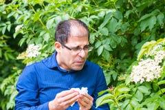 Mann allergisch zum Blütenstaub stockbilder