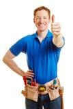 Mann als Handwerker, der Daumen hochhält lizenzfreie stockfotos
