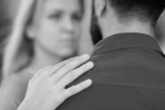 Mann als Unterstützung und Schutz für Frau Mädchen umarmt bärtigen Mann, setzte Hand auf seine Schulter Stockfoto