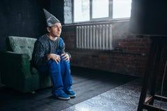 Mann in Alufoliekappen-Uhr Fernsehen, Telepathiephobie Lizenzfreie Stockfotos