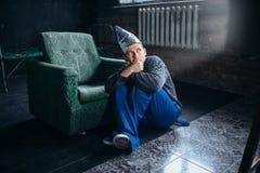 Mann in Alufoliesturzhelm-Uhr Fernsehen, Sinnesschutz Lizenzfreie Stockfotos