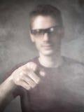 Mann angezeigt in einer Rauchwolke stockfoto